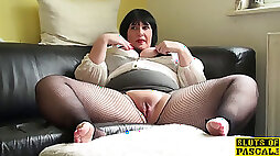 Round uk mature fingers her pussy in fishnets