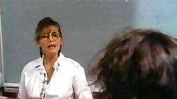 Une prof sexy baise son dans un clip vintage