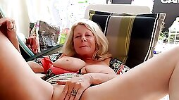 Slutty mature sluty lady is spreading and rubbing cunt on webcam